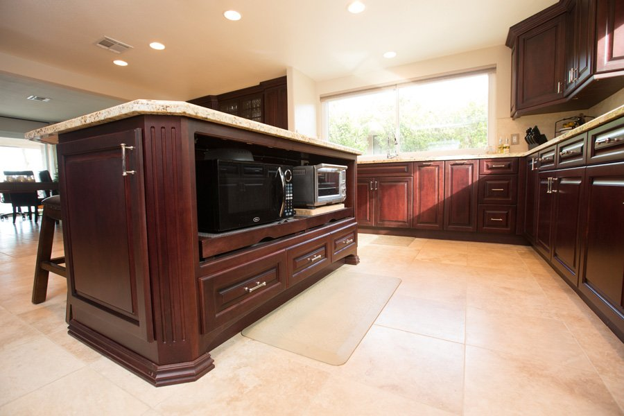 Island-kitchen-with-granite-frameless-cabinetry